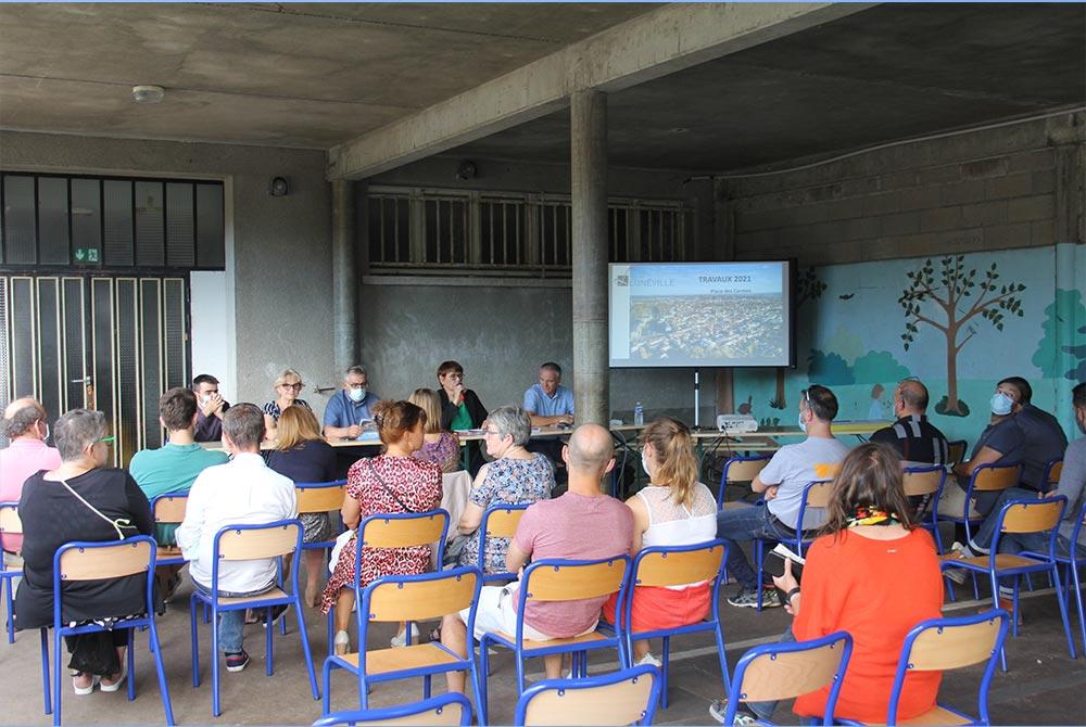 Place des Carmes : réunion publique